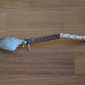 Rassel mit Holzkugeln und Hirschhaut